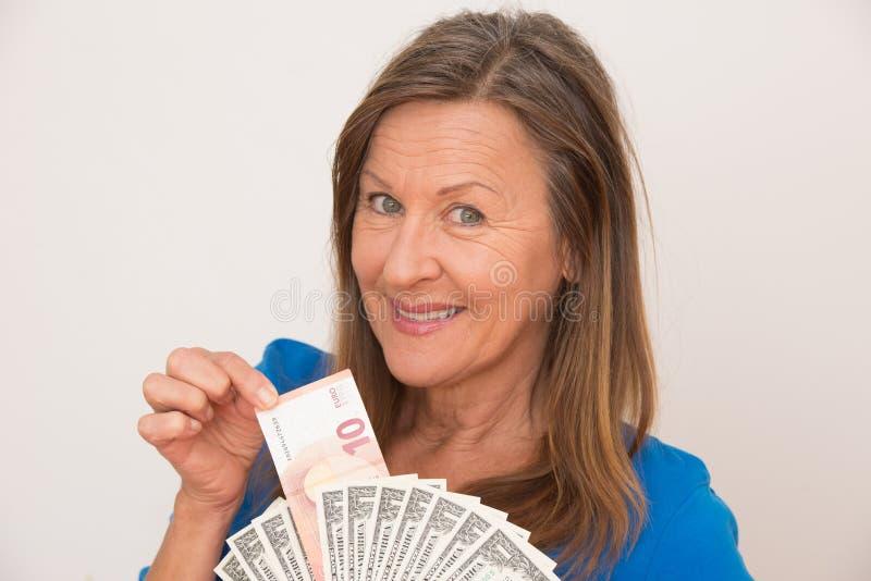 Женщина с деньгами доллара и евро стоковое изображение rf