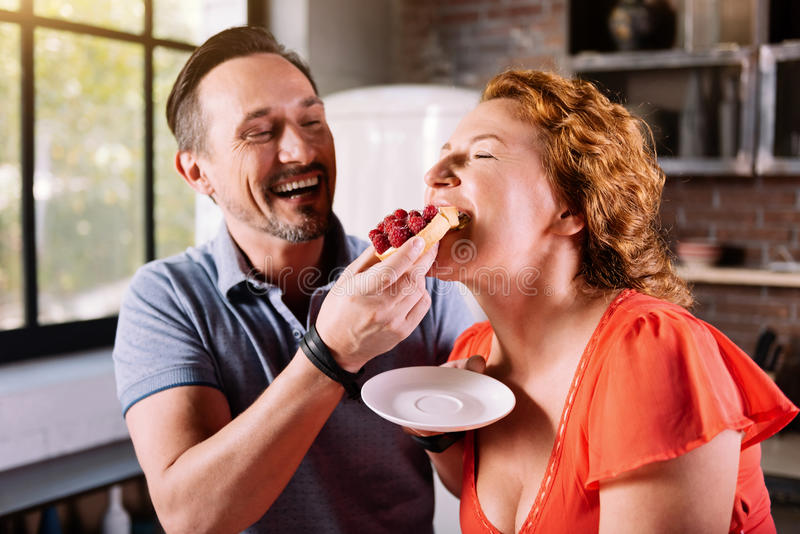 Женщина сдерживая и пробуя торт стоковое фото rf