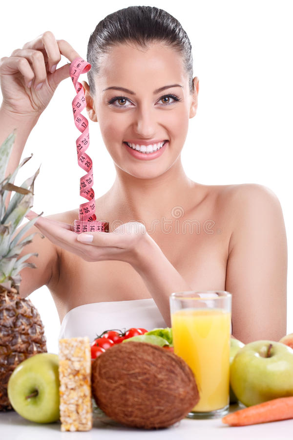 Женщина с здоровой едой и измеряя лентой стоковые изображения rf