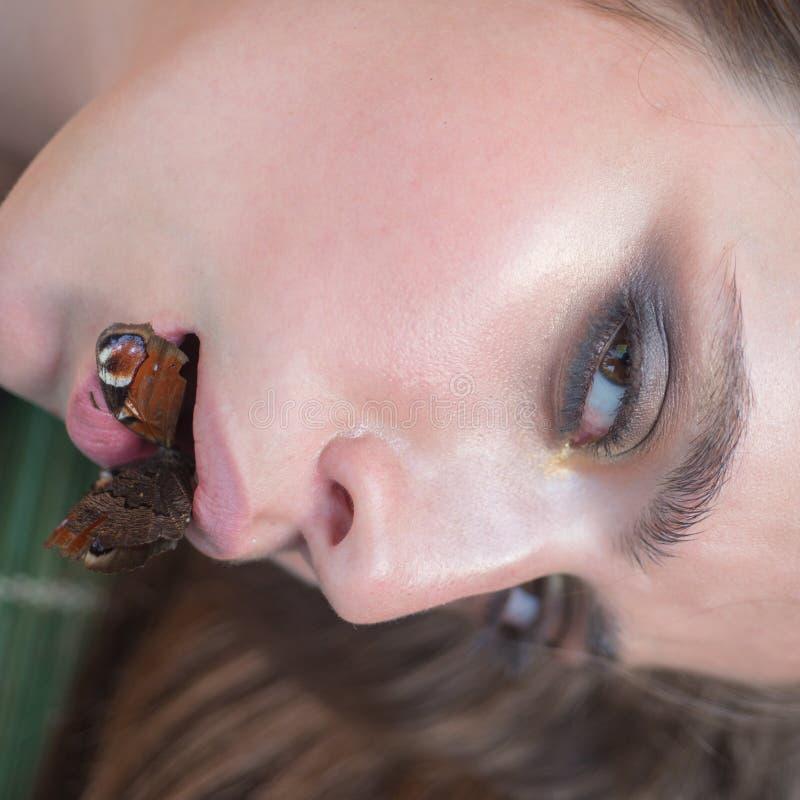 Женщина с здоровой кожей подниматься продукт eco королевского студня молока бабочки Девушка с бабочкой затягивать лицевой кожи стоковые фотографии rf