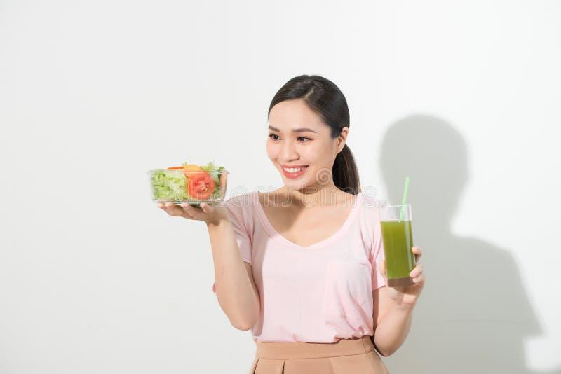 Женщина с зелеными smoothies вытрезвителя, салат в стеклянном шаре изолированном на белой предпосылке Свойственное питание, вегет стоковые фотографии rf