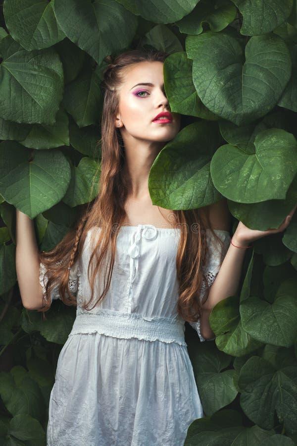 Женщина с зелеными глазами среди природы стоковые фото
