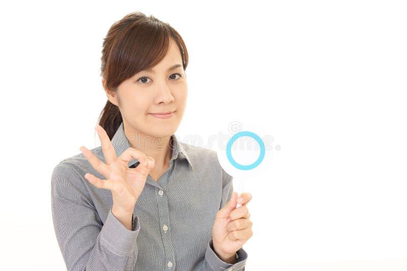 Женщина с знаком утвердительного ответа стоковые изображения rf