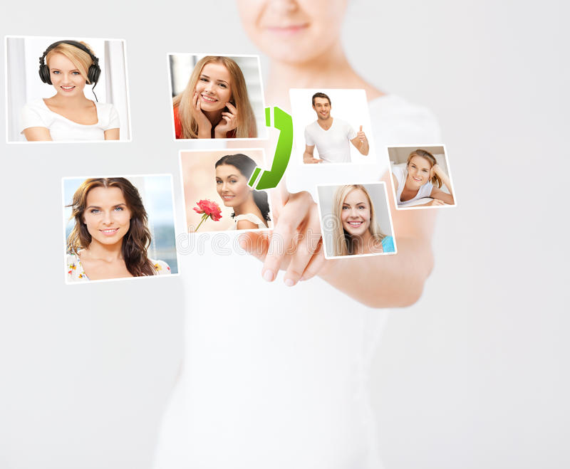 Женщина с значками виртуального экрана и контакта стоковое фото rf