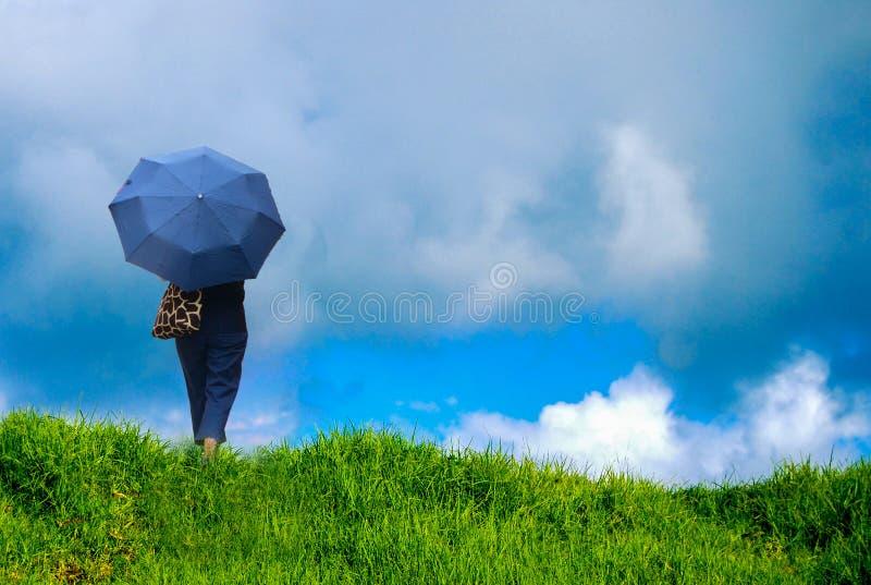 Женщина с зонтиком под дождевым облаком стоковая фотография rf