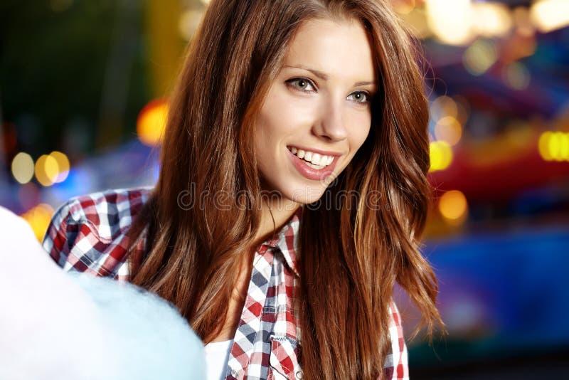 Женщина с зубочисткой конфеты стоковое фото