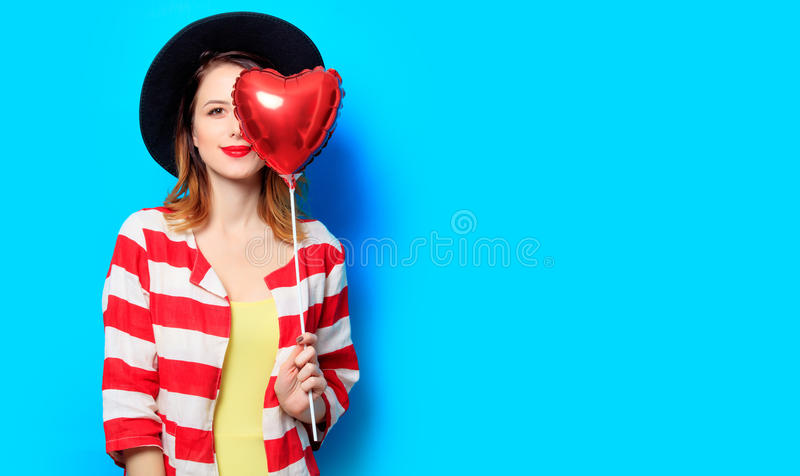 Женщина с игрушкой формы сердца стоковая фотография rf