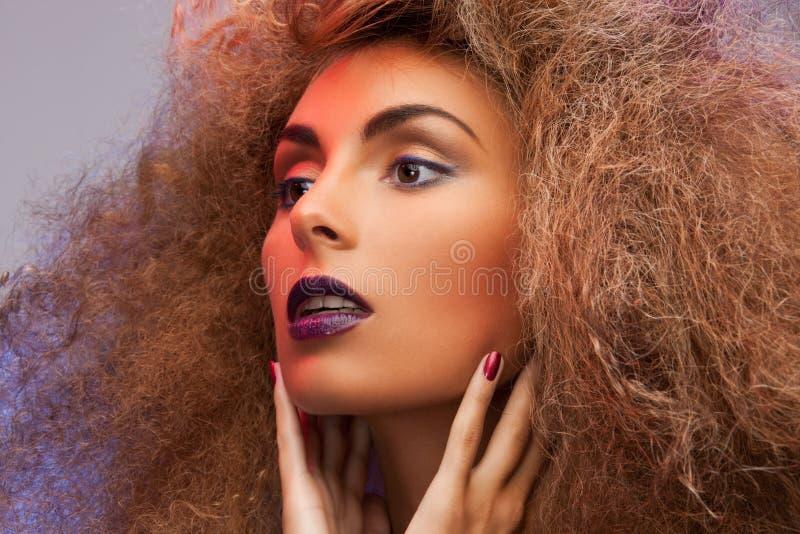 Женщина с длинным вьющиеся волосы стоковые фотографии rf