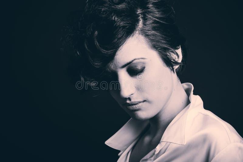 Download Женщина с интенсивным взглядом на черной предпосылке Стоковое Изображение - изображение насчитывающей hairstyle, тип: 40586511