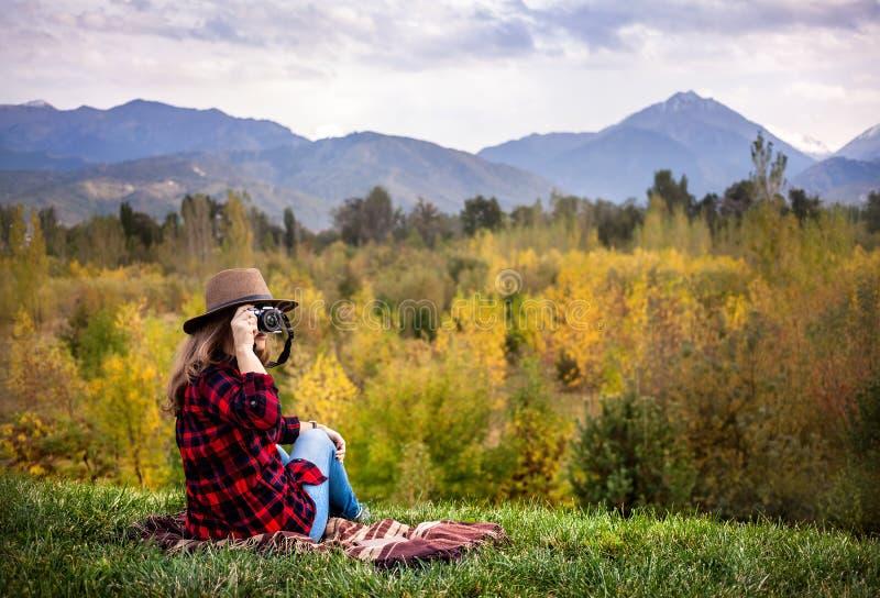 Женщина с камерой на пикнике осени стоковая фотография