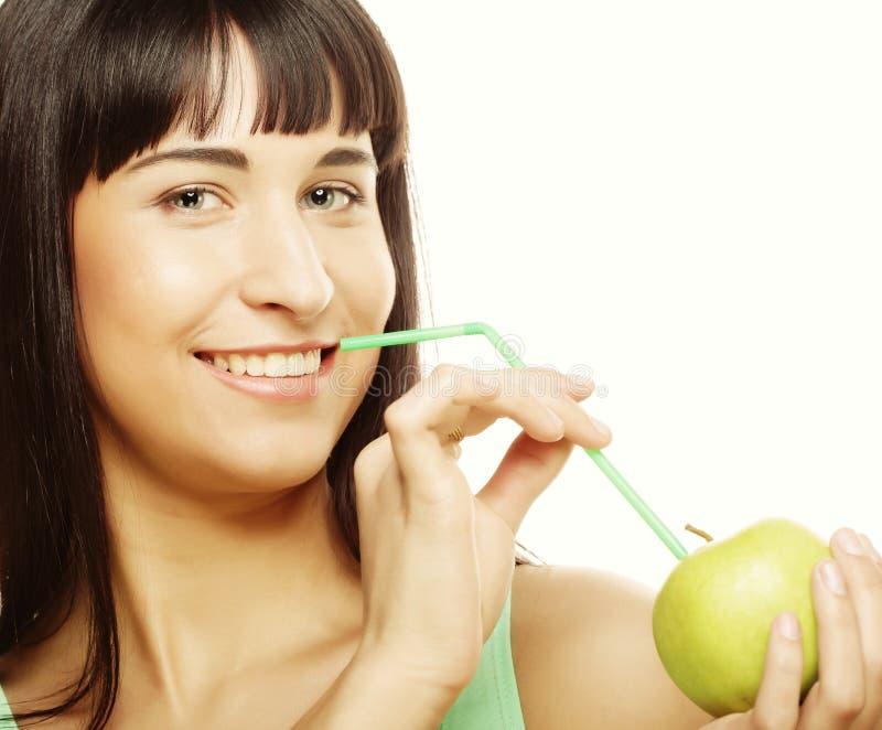 Download Женщина с коктеилем яблока и солом Стоковое Изображение - изображение насчитывающей радостно, аппликатора: 37926415