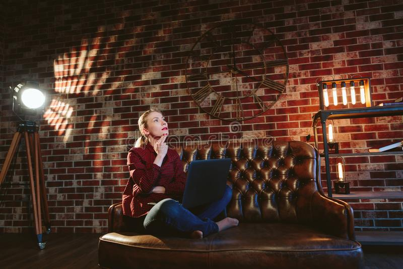 Женщина с компьтер-книжкой в просторной квартире стоковое изображение