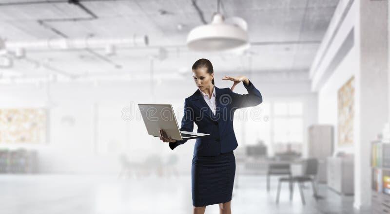 Download Женщина с компьтер-книжкой в руках Мультимедиа Стоковое Фото - изображение насчитывающей adulteration, ворот: 81809312