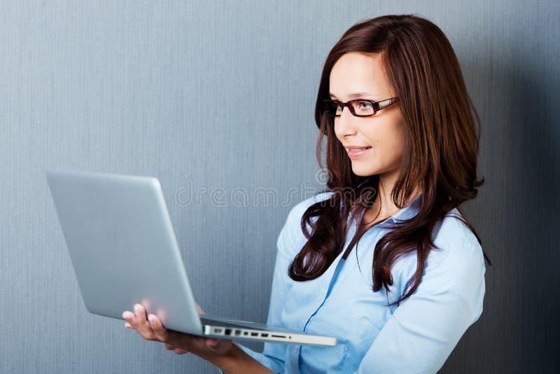 Женщина с компьтер-книжкой стоковое изображение rf