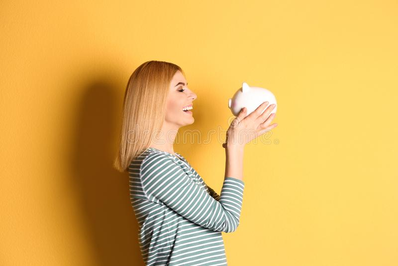 Женщина с копилкой стоковое фото