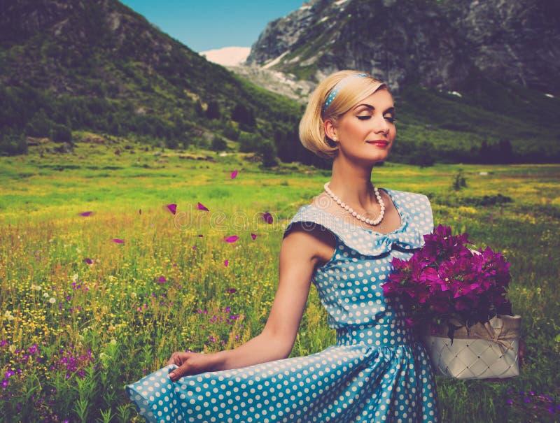 Женщина с корзиной outdoors стоковые изображения