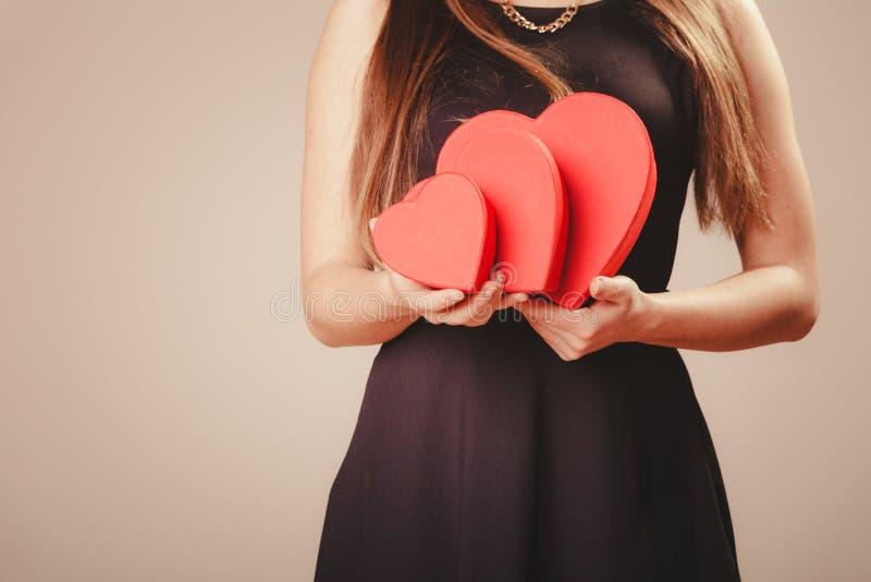 Женщина с коробками валентинок стоковое изображение rf