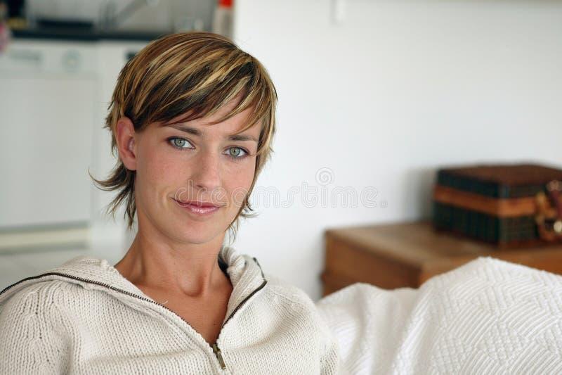 Женщина с короткими волосами стоковое изображение rf