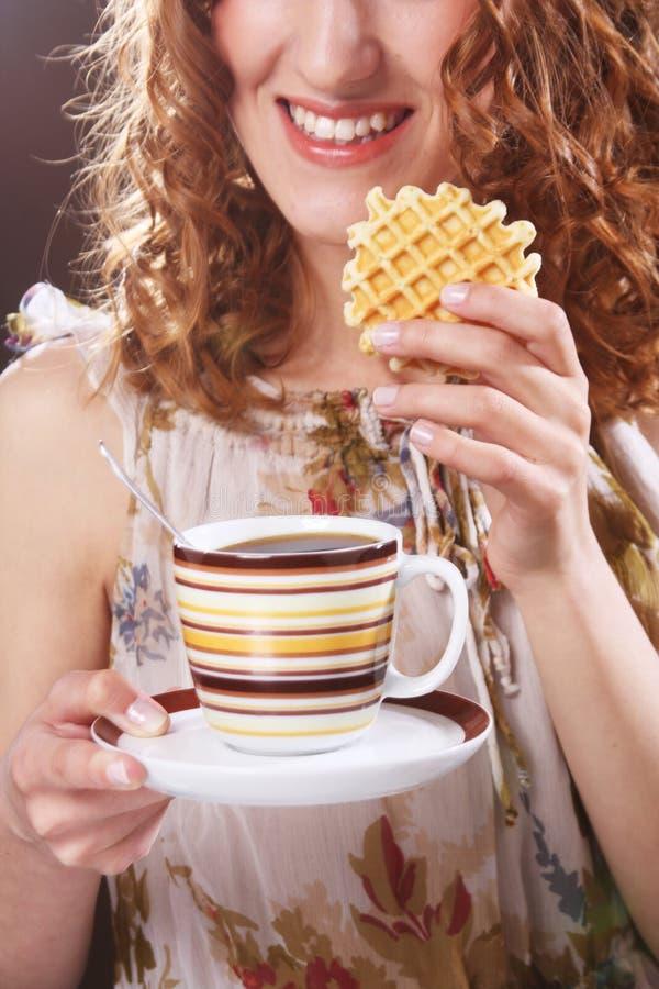 женщина с кофе и печеньями стоковая фотография rf