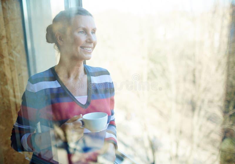 Женщина с кофе стоковая фотография