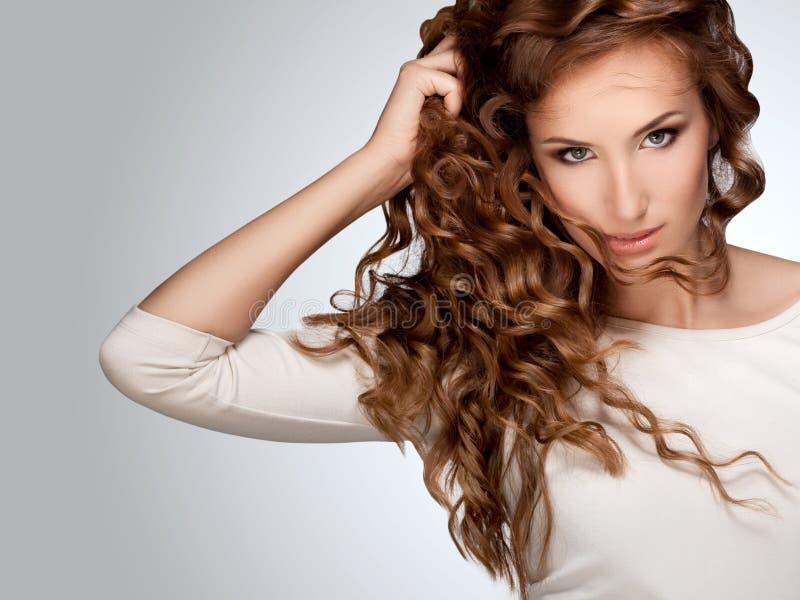 Женщина с красивейшими курчавыми волосами стоковые фото