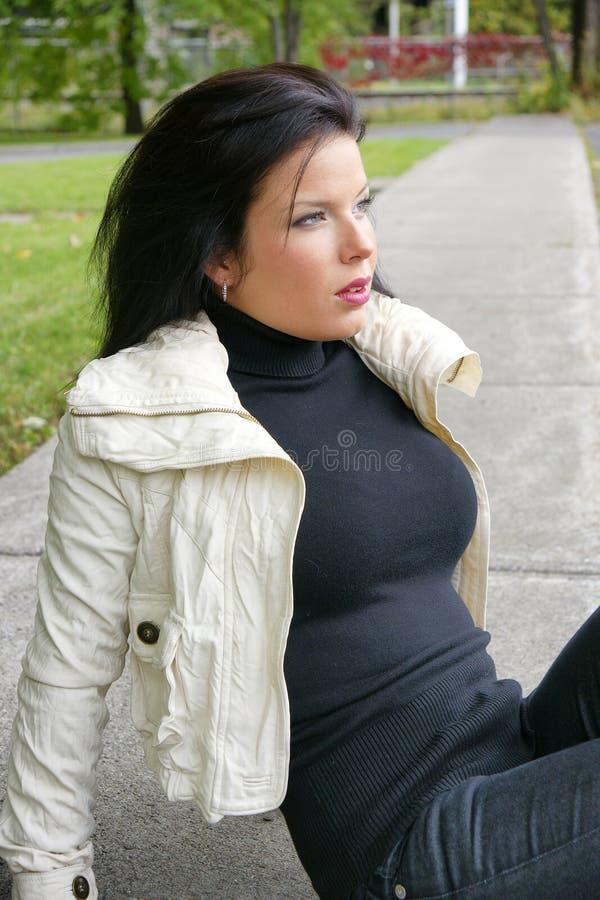 Женщина с красивой стороной outdoors стоковая фотография rf