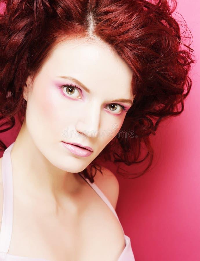 Женщина с красивым составом и красным вьющиеся волосы стоковые фото