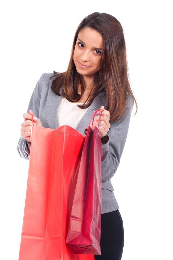 Женщина с красной хозяйственной сумкой стоковая фотография