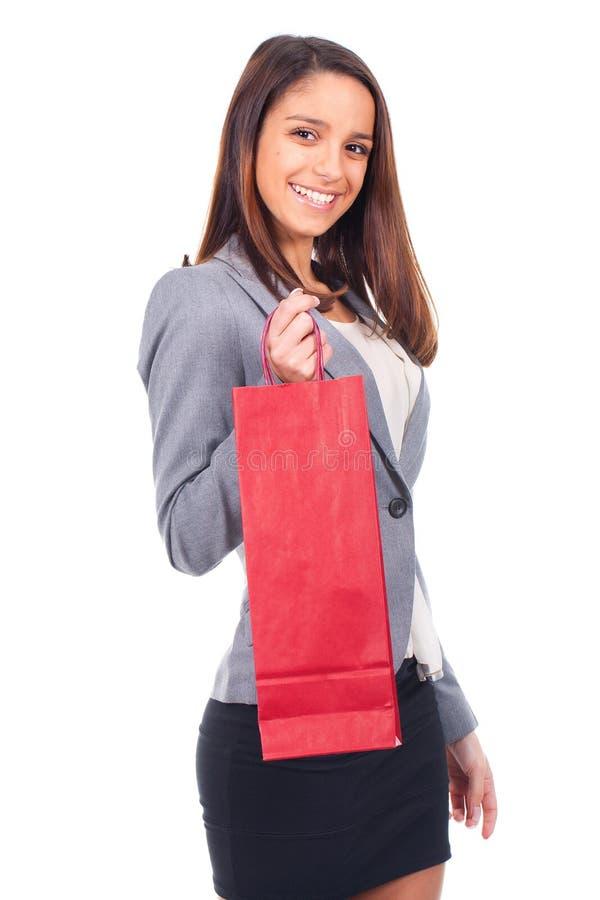 Женщина с красной хозяйственной сумкой стоковое изображение