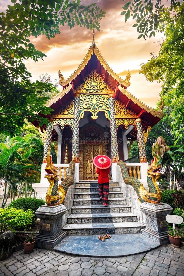 Женщина с красным зонтиком в северном Таиланде стоковая фотография rf