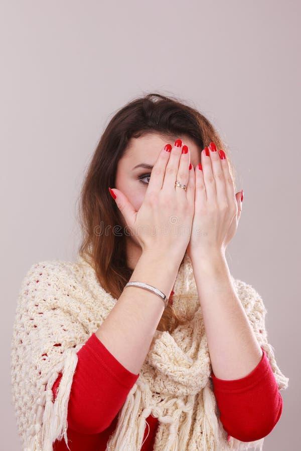 Женщина с красным маникюром на ногтях стоковое фото rf