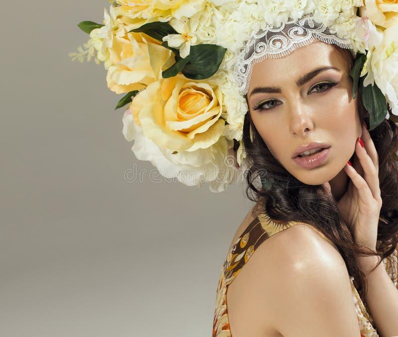 Женщина с кроной цветков стоковая фотография rf