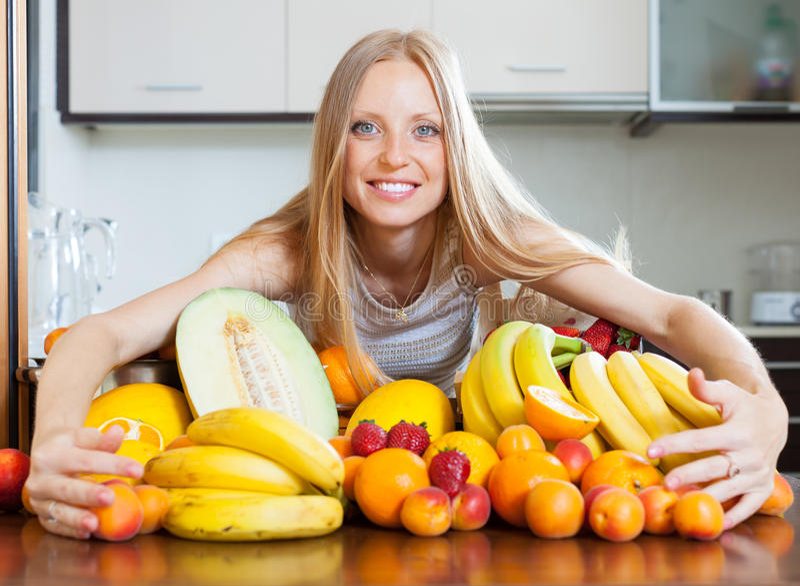 Женщина с кучей плодоовощей стоковое изображение