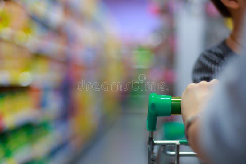 Женщина с магазинной тележкаой стоковые фотографии rf