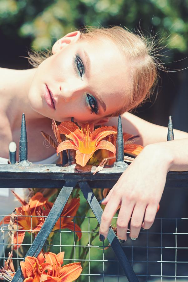 Женщина с макияжем на здоровой коже с цветком стоковое изображение