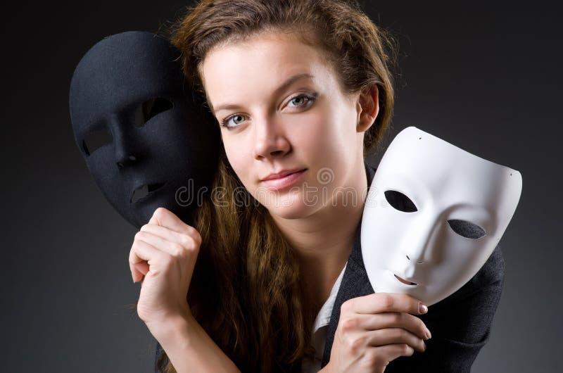 Женщина с маской в концепции лицемерия стоковое изображение rf