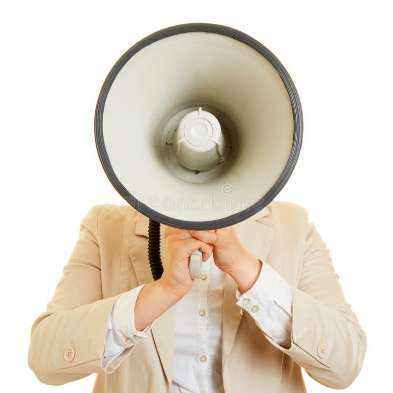 Женщина с мегафоном от фронта стоковые изображения