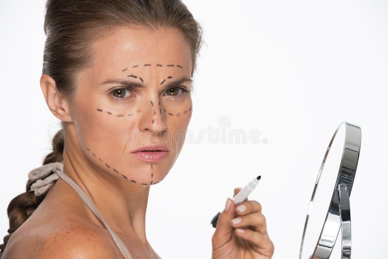 Download Женщина с метками пластической хирургии на стороне держа зеркало Стоковое Изображение - изображение насчитывающей backhoe, завершенность: 33732631