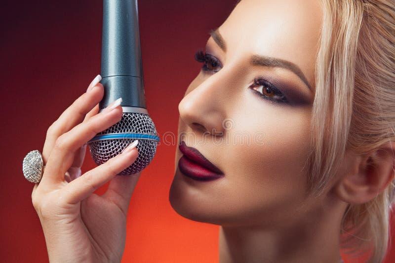 Женщина с микрофоном стоковое изображение