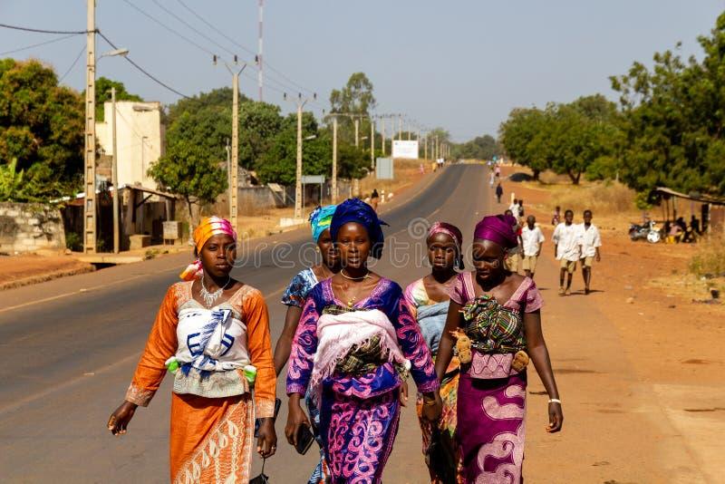 Женщина с младенцами на пути к доктору стоковое изображение
