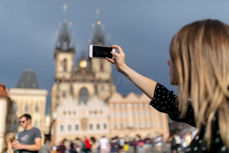 Женщина с мобильным телефоном сделала снимок старого города в Праге стоковые фотографии rf
