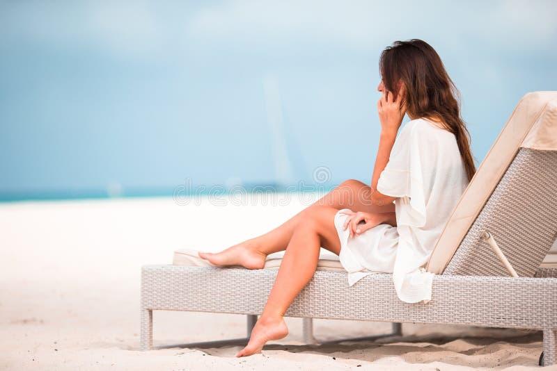 Женщина с мобильным телефоном outdoors на пляже Турист используя передвижной smartphone стоковая фотография