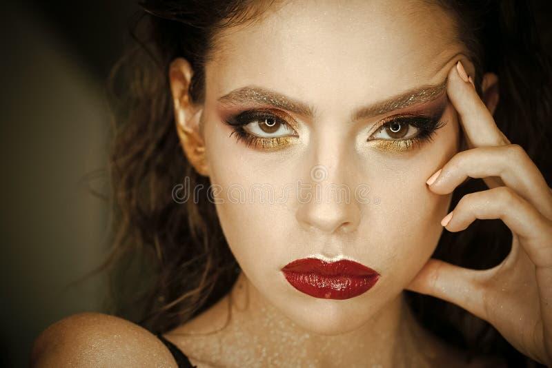 Женщина с молодой стороной кожи, skincare Женщина с ярким составом и красными губами, красотой Модель красоты с взглядом очарован стоковая фотография rf