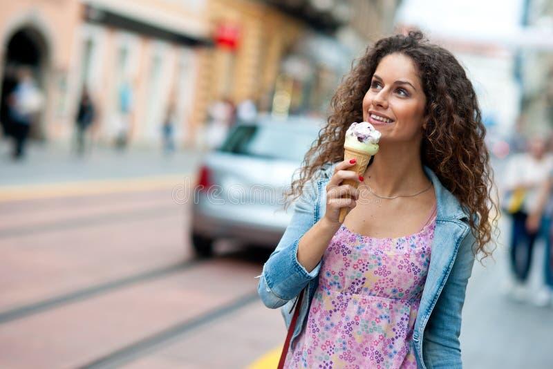 Женщина с мороженным стоковое фото rf