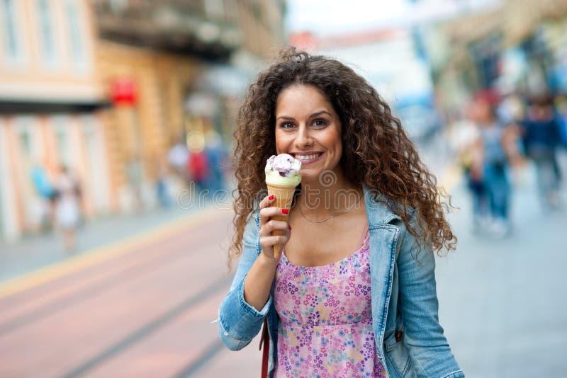 Женщина с мороженным стоковая фотография rf