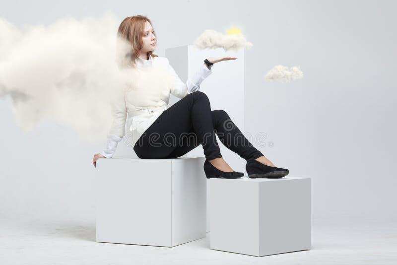 Женщина с облаком и солнцем Концепция на теме обслуживаний облака компьютера стоковые фотографии rf