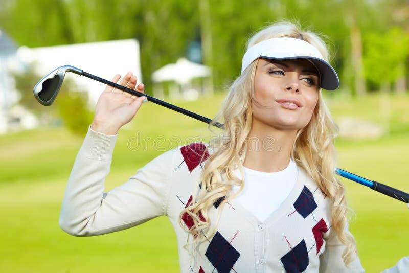 Женщина с оборудованием гольфа стоковая фотография