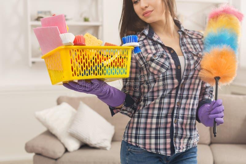 Женщина с оборудованием чистки готовым к чистой комнате стоковые фото
