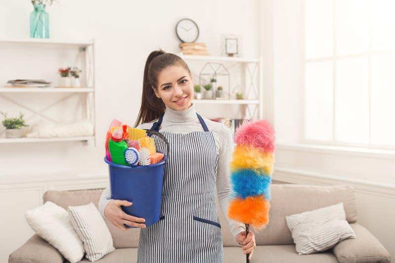 Женщина с оборудованием чистки готовым к чистой комнате стоковая фотография rf