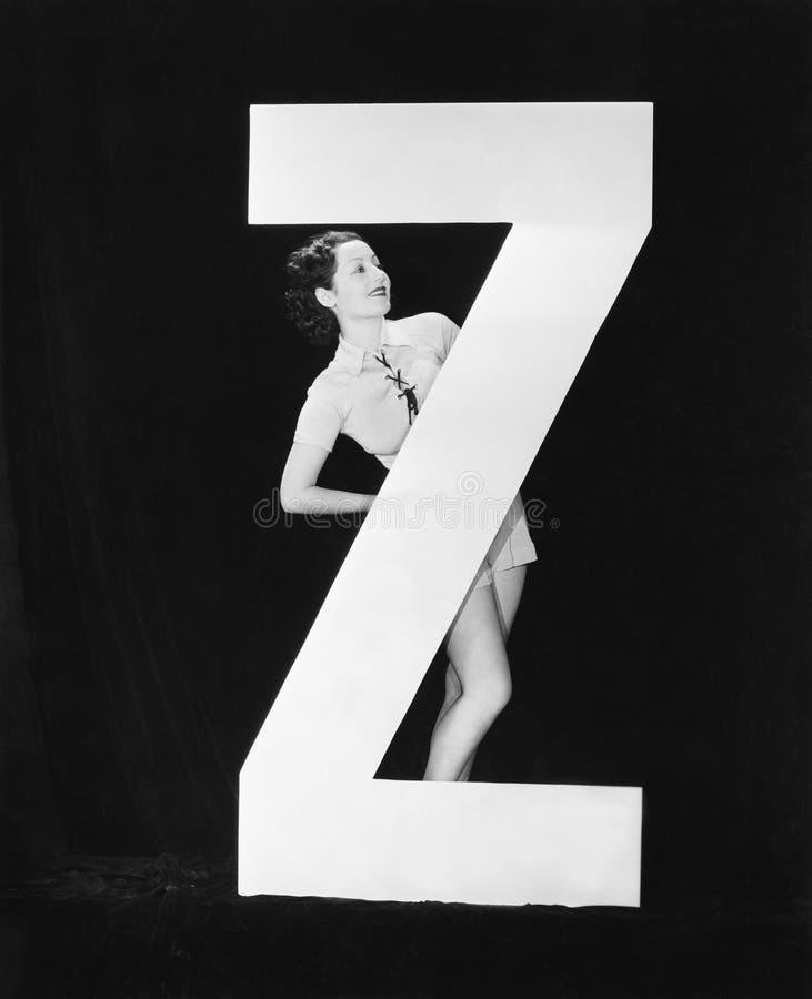 Женщина с огромным письмом z (все показанные люди более длинные живущие и никакое имущество не существует Гарантии поставщика что стоковые фотографии rf